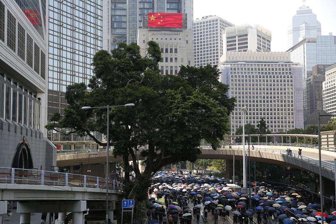 10月1日,銅鑼灣遊行,國旗下的示威者。