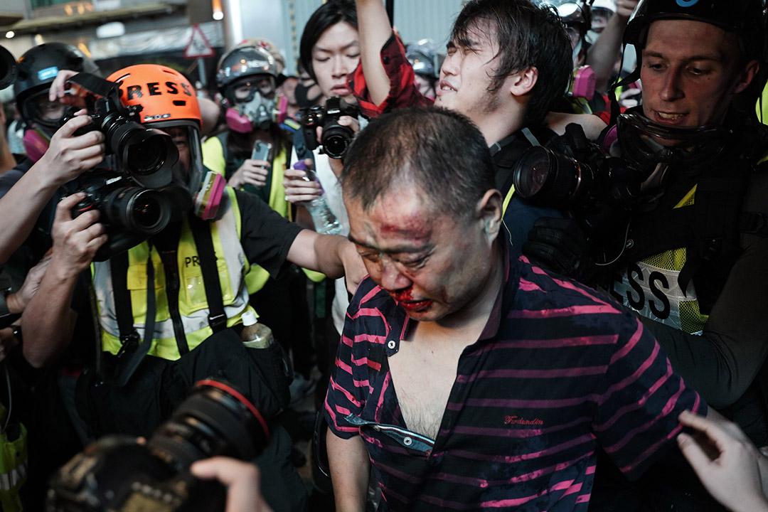 """有市民被示威者""""私了""""。"""