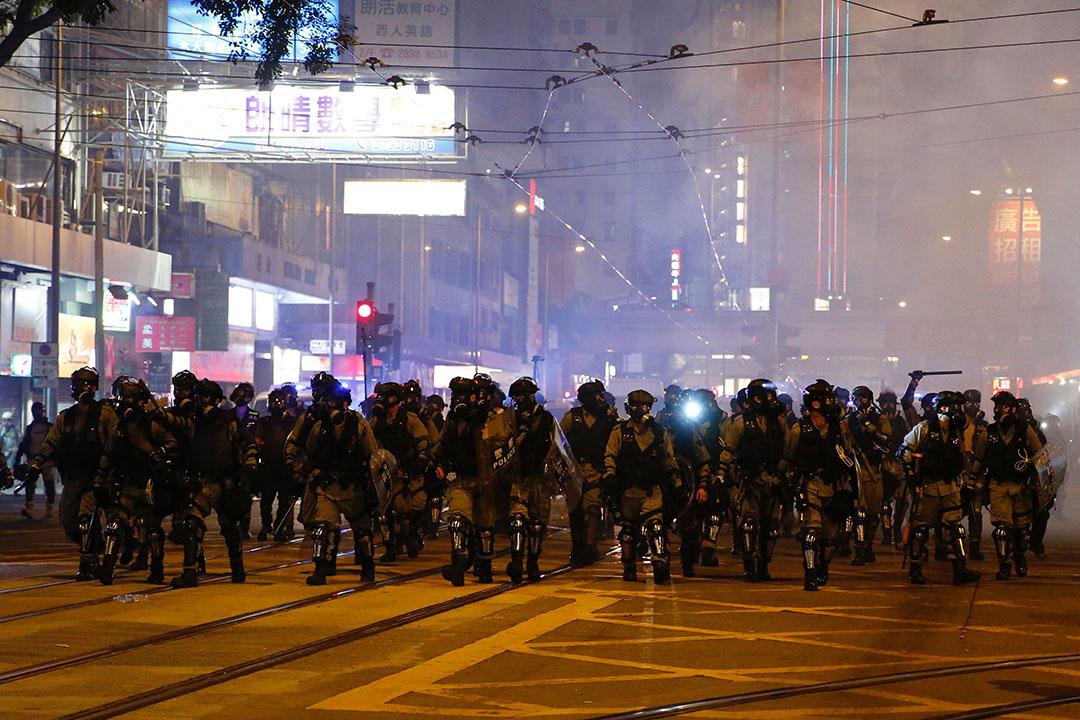 10月4日,晚上10點半左右,港島,防暴警察出動。