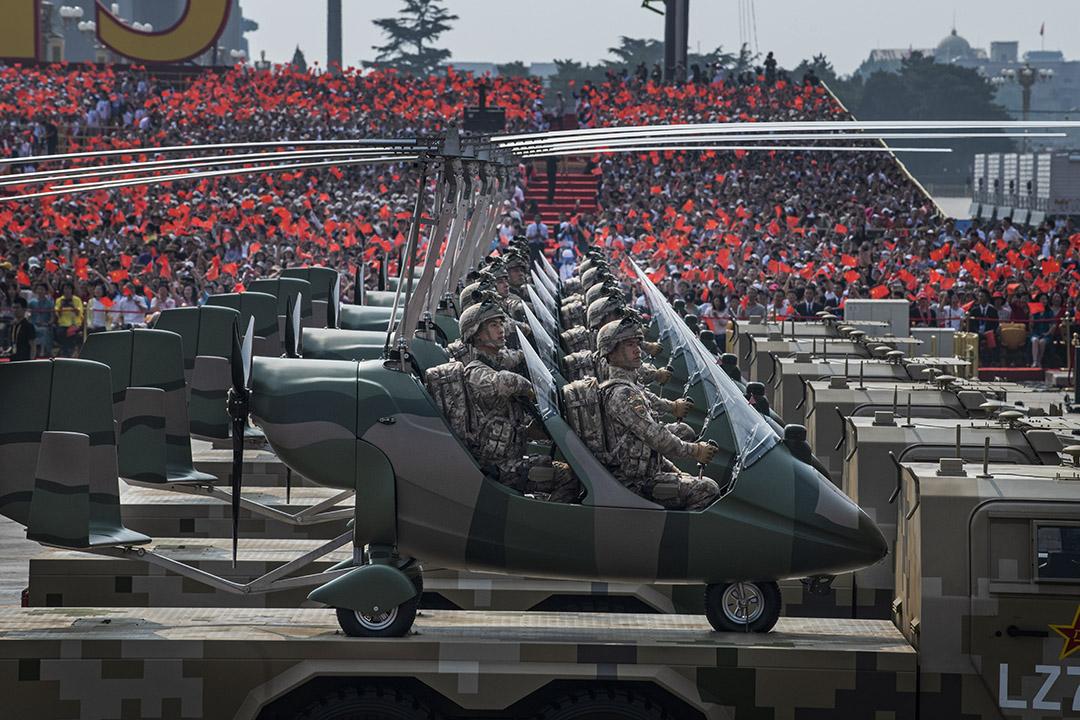 2019年10月1日中國北京天安門廣場,中國士兵坐在小直升機上,慶祝1949年中華人民共和國成立70週年。