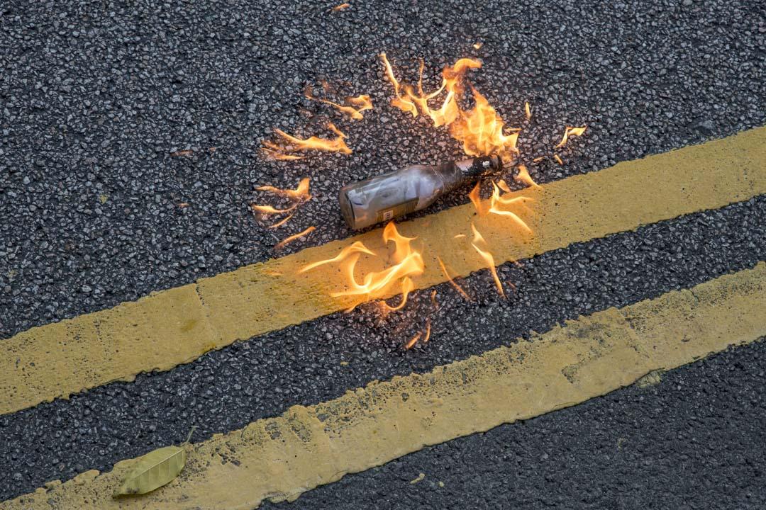 2019年10月1日,港島有遊行,在政府總部外的一枚氣油彈。