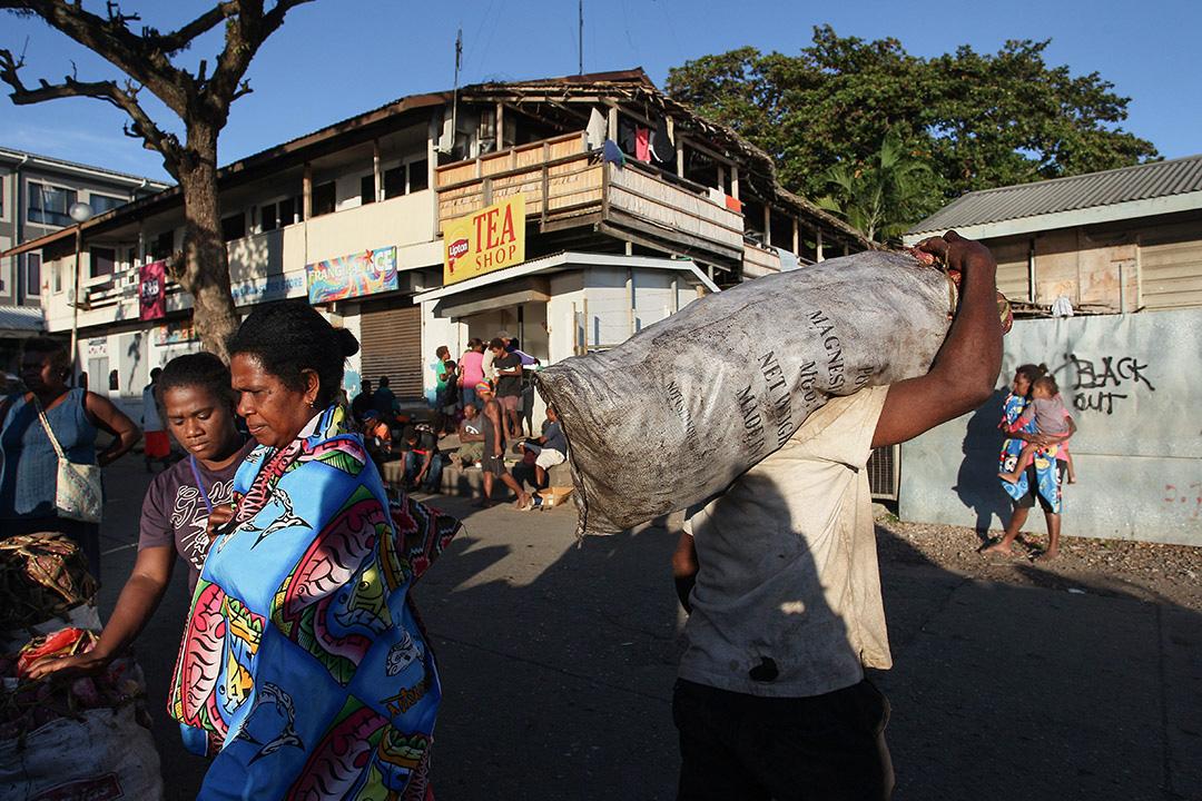 2019年10月12日清晨,攤主和購物者在所羅門群島霍尼亞拉中央市場。 攝:Lisa Maree Williams/Getty Images