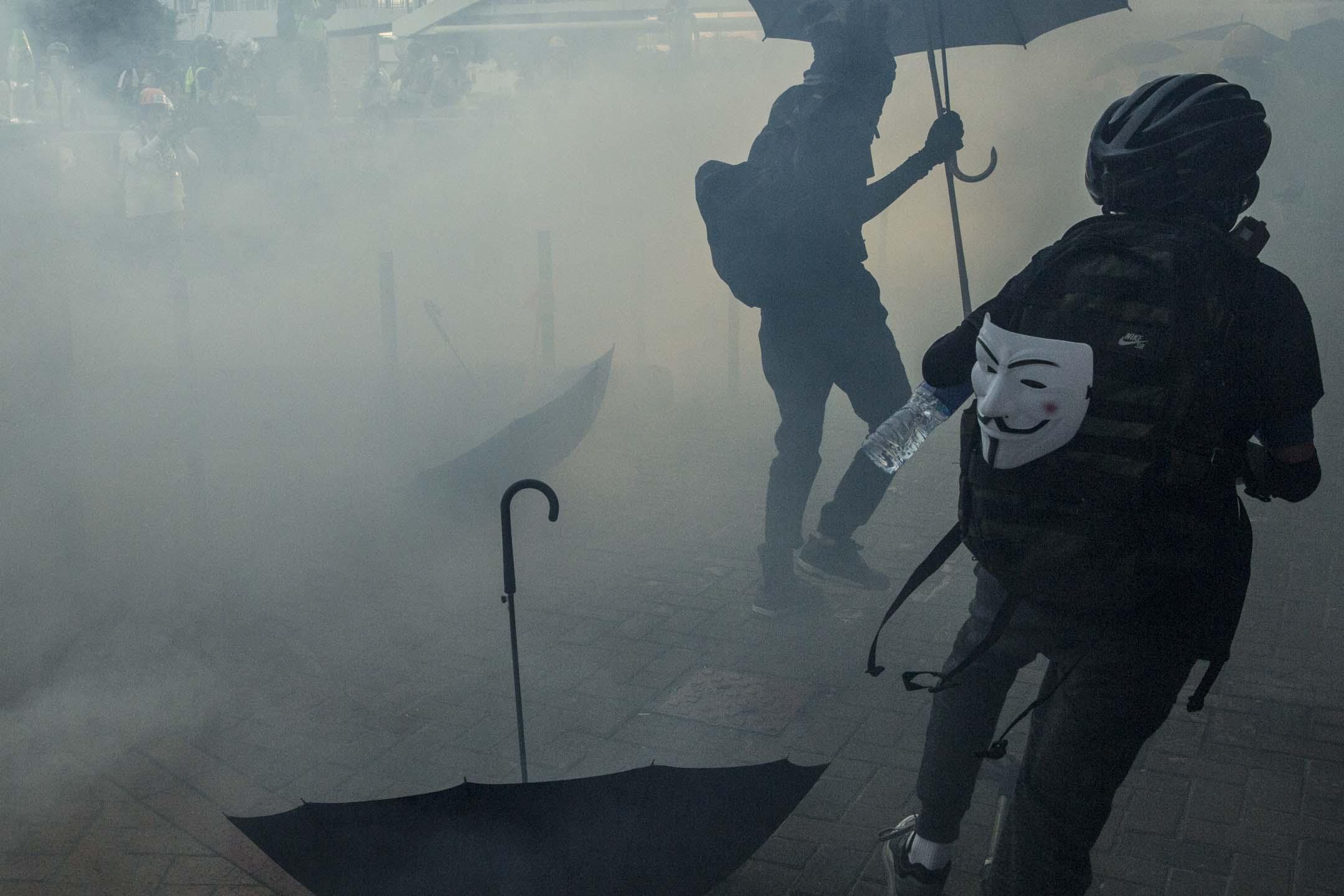 2019年10月1日,金鐘警方以催淚彈驅散示威者。 攝:林振東/端傳媒