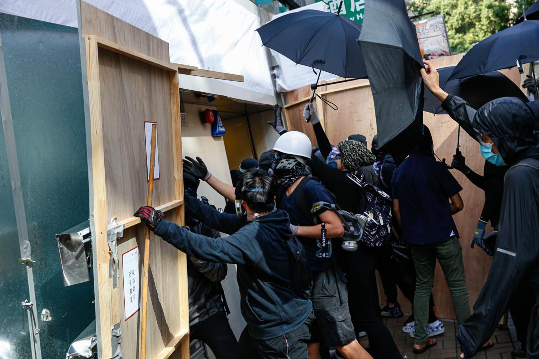 2019年10月20日,九龍區遊行期間,示威者破壞中資銀行門口。