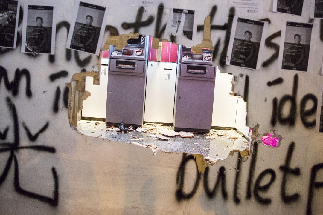 2019年10月20日,被示威者破壞的中國銀行。 攝:林振東/端傳媒