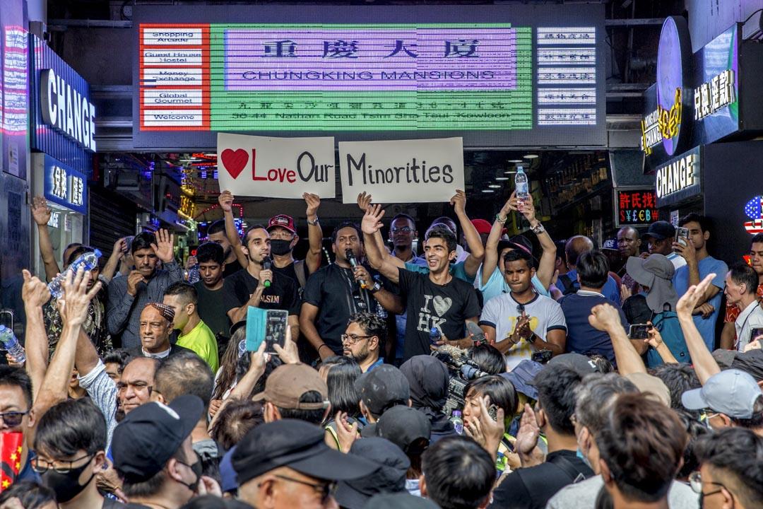 2019年10月20日,Jeff組織一群南亞裔朋友一起做義工,在重慶大廈的門口,向遊行市民派水和打氣,與好友KK及在場人士一起舉手作出「五大訴求」的手勢,同時大叫「大家都係香港人」。