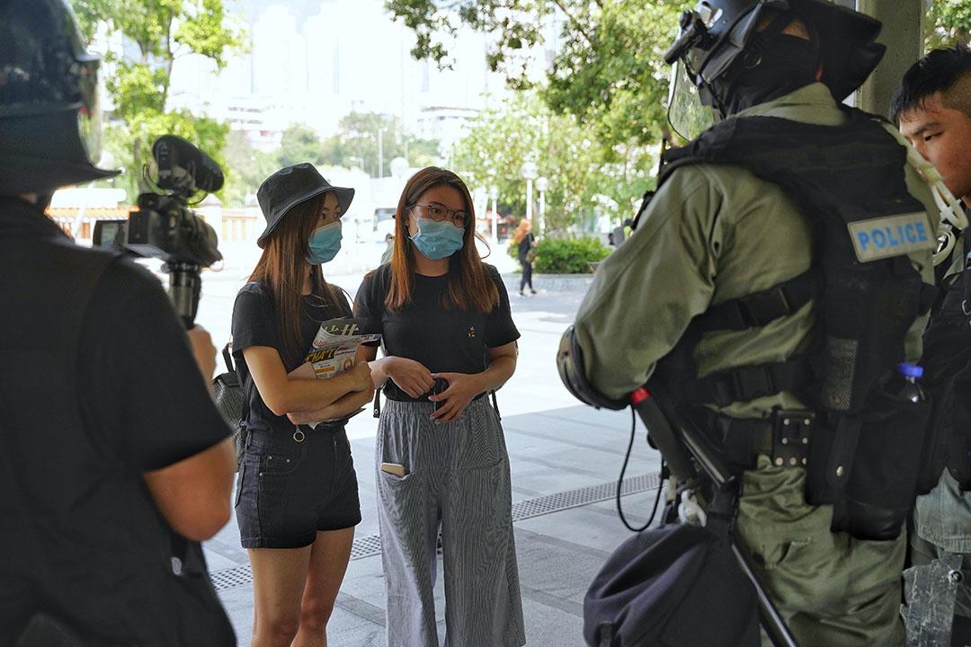 兩名市民在黃大仙被防暴警察截查身份證。