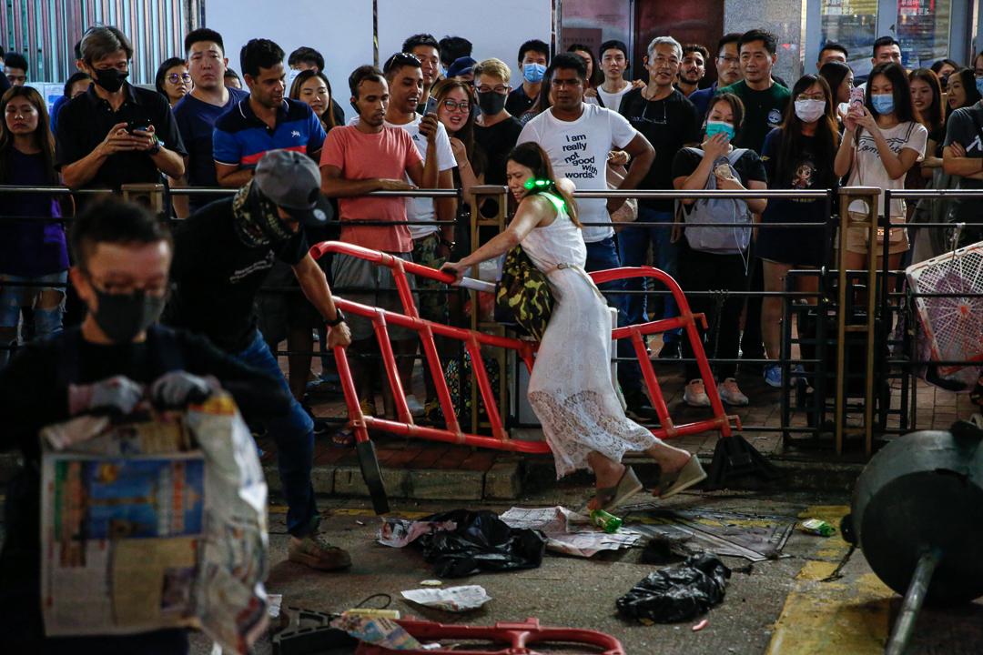 2019年10月5日,元朗有女士嘗試搬開示威者設置的路障,一度被圍觀的市民及示威者指罵。