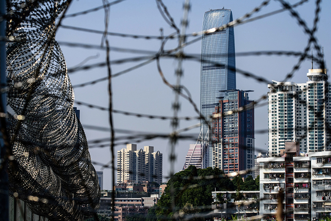 香港和深圳的邊界,背景中看到的是深圳市。