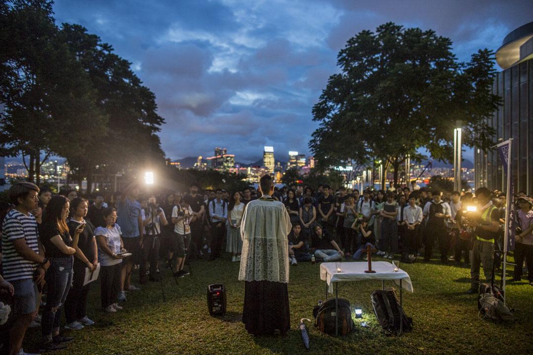2019年6月17日,有學生及宗教團體在添馬公園舉行追思會,墮樓身亡的反修訂《逃犯條例》示威者。