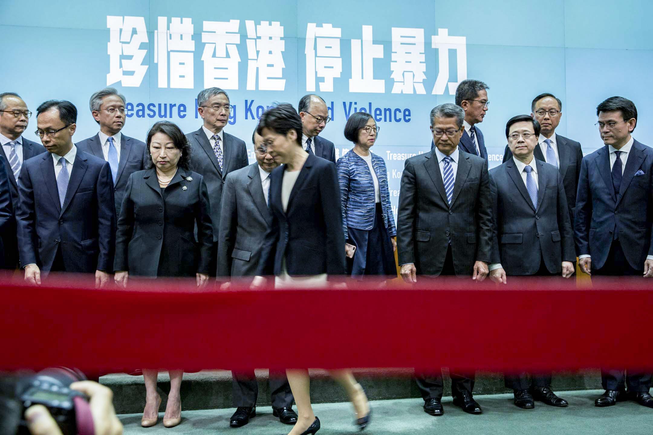林鄭月娥宣布引用緊急法訂立《禁止蒙面規例》,於10月5日實施。 攝:林振東/端傳媒