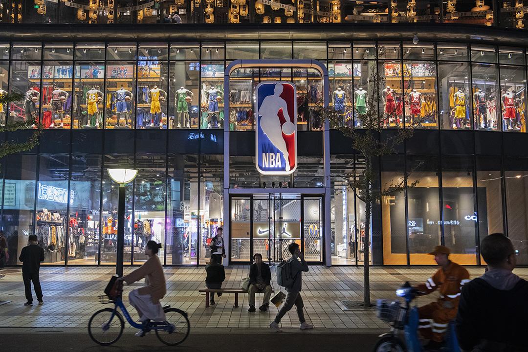 2019年10月9日,人們路過中國北京的NBA旗艦零售店。 攝:Kevin Frayer/Getty Images