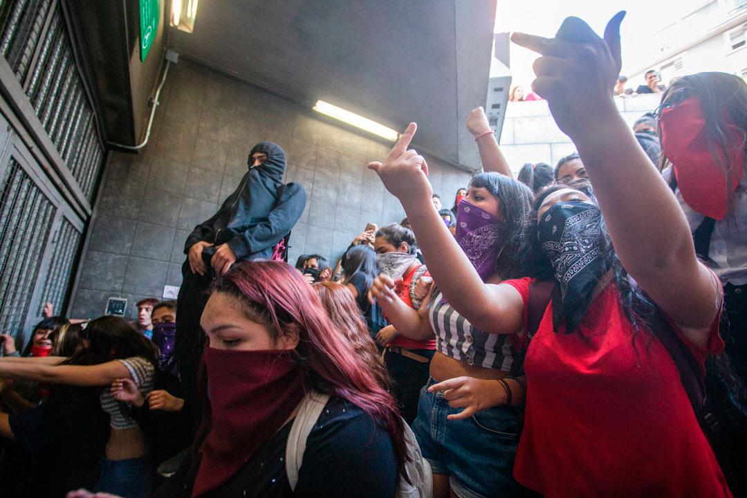 2019年10月18日,一群智利學生在鐵路站入口示威,堵塞兩條主要行車線。