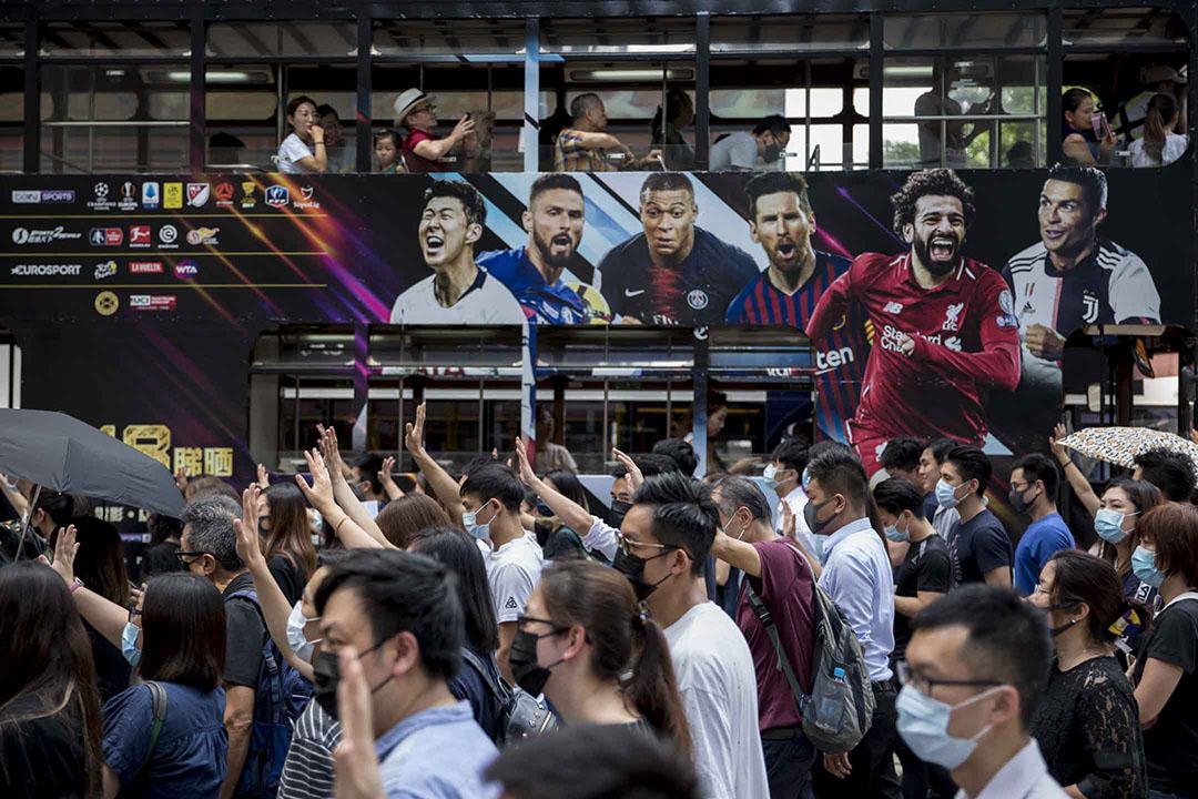 10月4日,下午五點左右,港島示威者抗議政府通過緊急法。