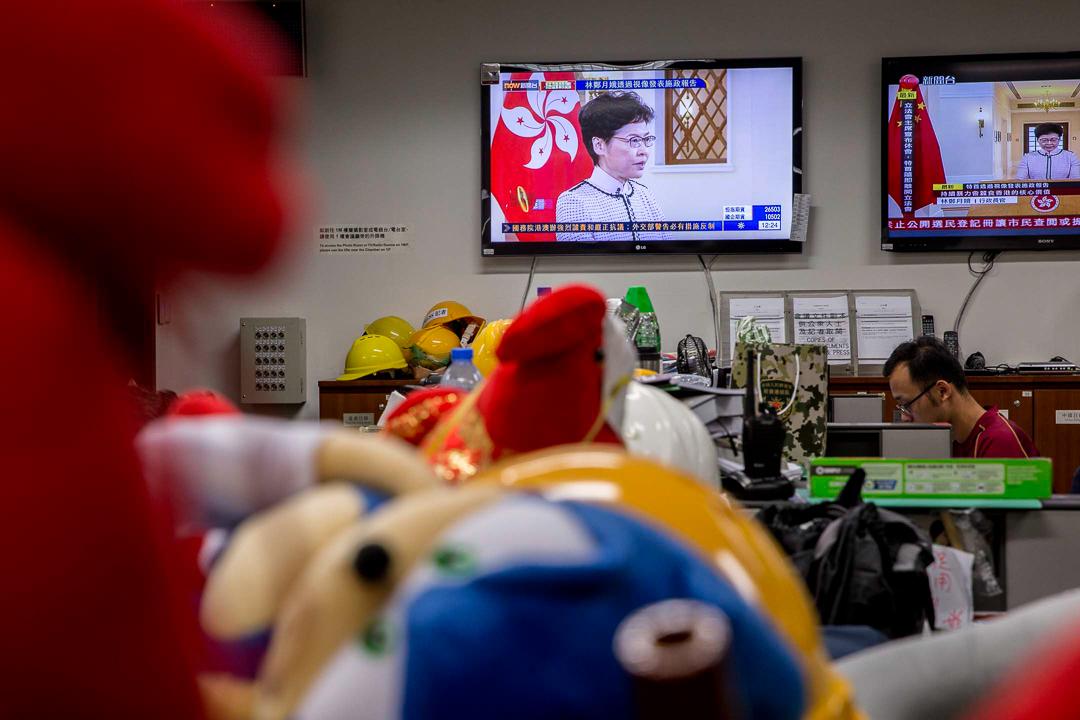 立法會記者室內,電視正在播放施政報告。