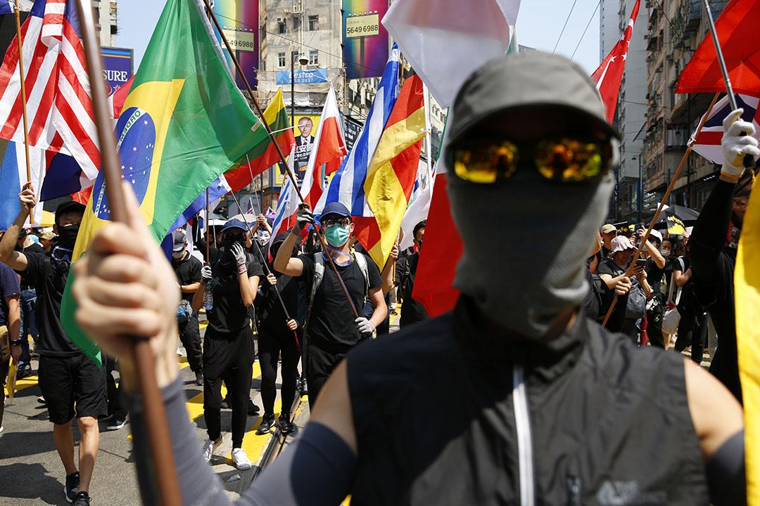 2019年10月1日,銅鑼灣遊行的示威者,帶上多國國旗。