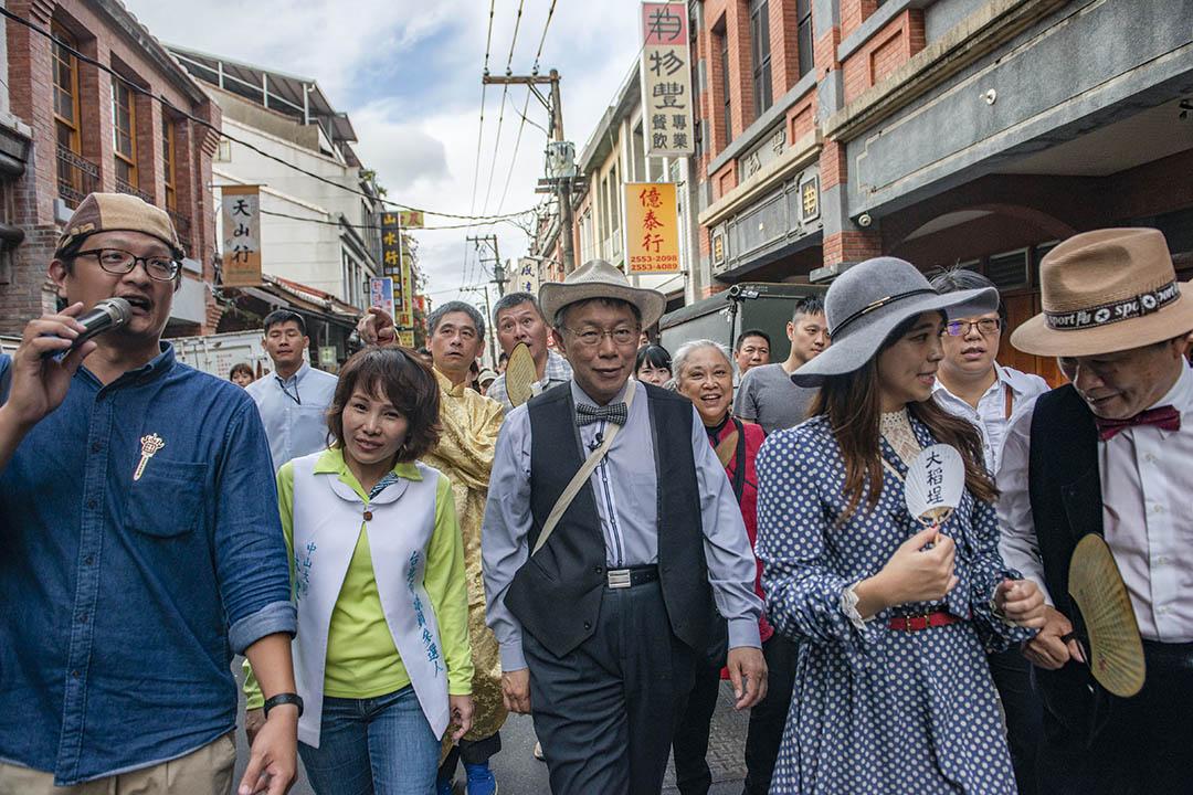 2018年10月14日,台北市長柯文哲穿著1920年的衣服走在台北迪化街。