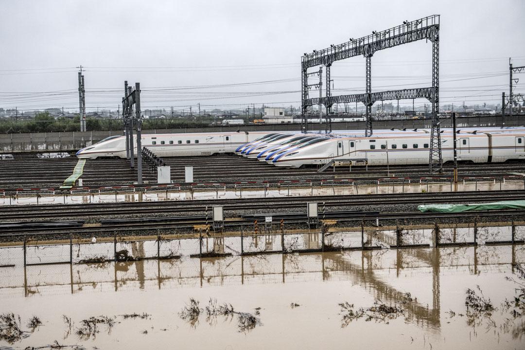 2019年10月14日,新幹線子彈列車在颱風期間被洪水淹沒後,靜止不動。