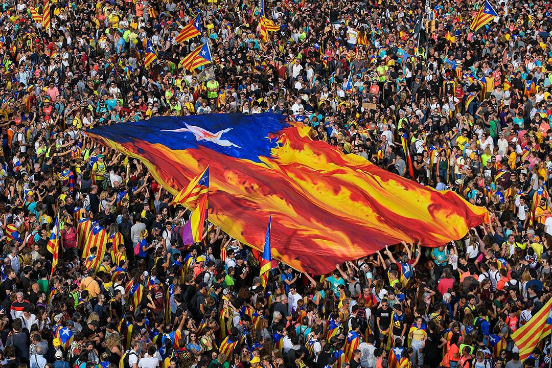 2019年10月18日,巴塞羅那舉行的大罷工和集會,示威者高舉加泰羅尼亞獨立的旗幟。 攝:Lluis Gene/AFP via Getty Images