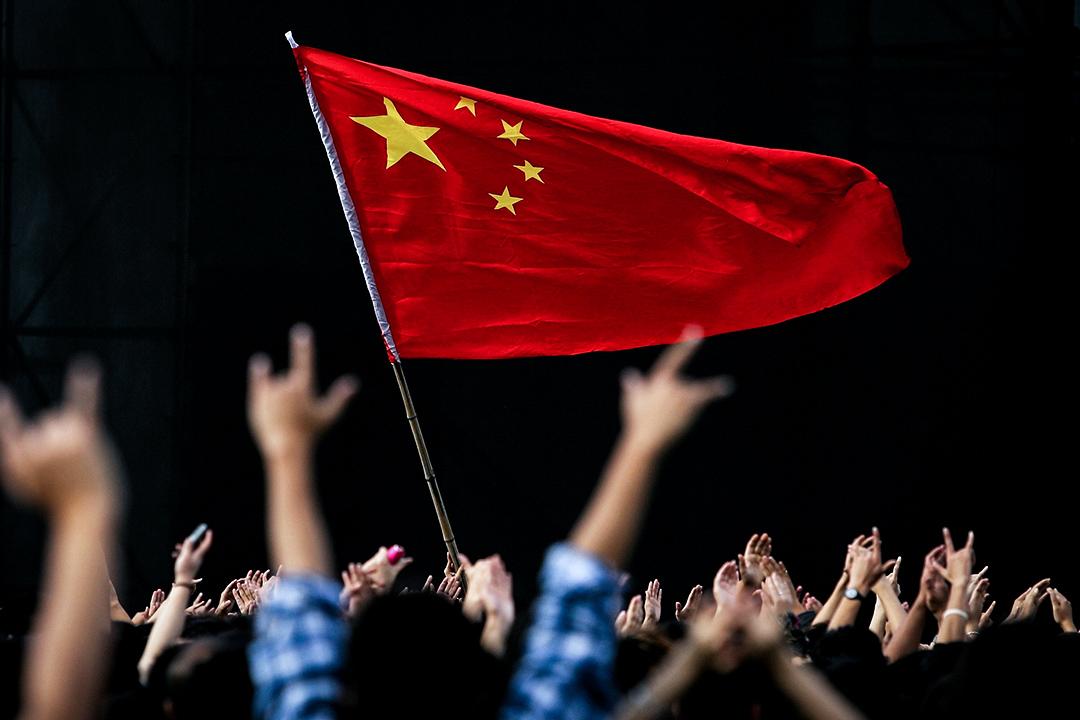 2005年10月2日,在中國國慶的北京搖滾樂節期間,中國的國旗飄揚。