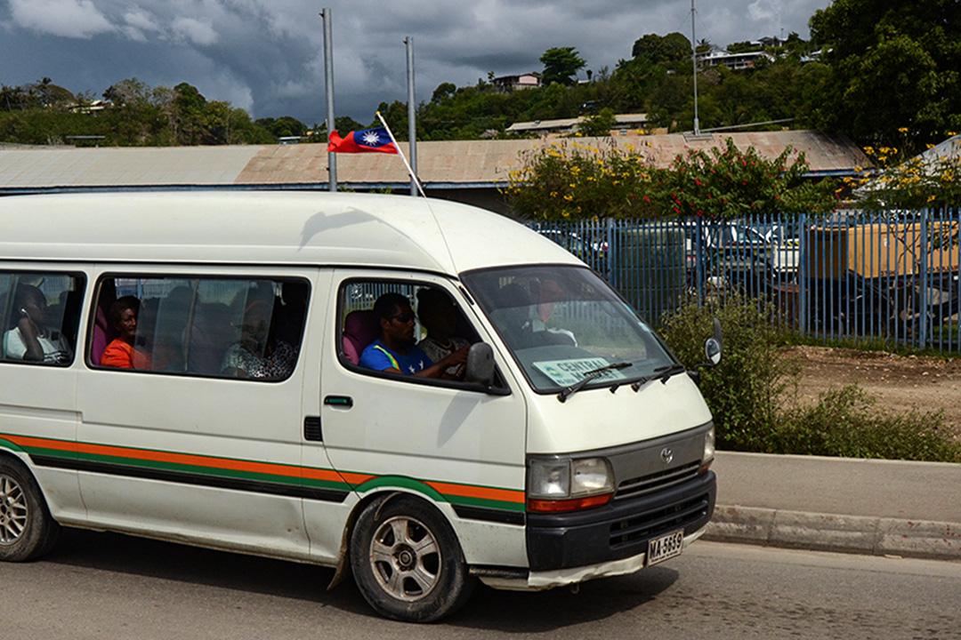 所羅門群島上掛有中華民國國旗的小巴。
