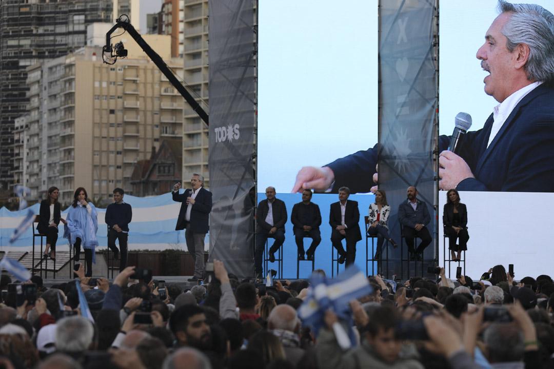 2019年10月24日,阿根廷總統候選人阿爾貝托(Alberto Fernández) 在台上發言,他的盟友克里斯蒂娜(Cristina Fernández de Kirchner)亦在台上。