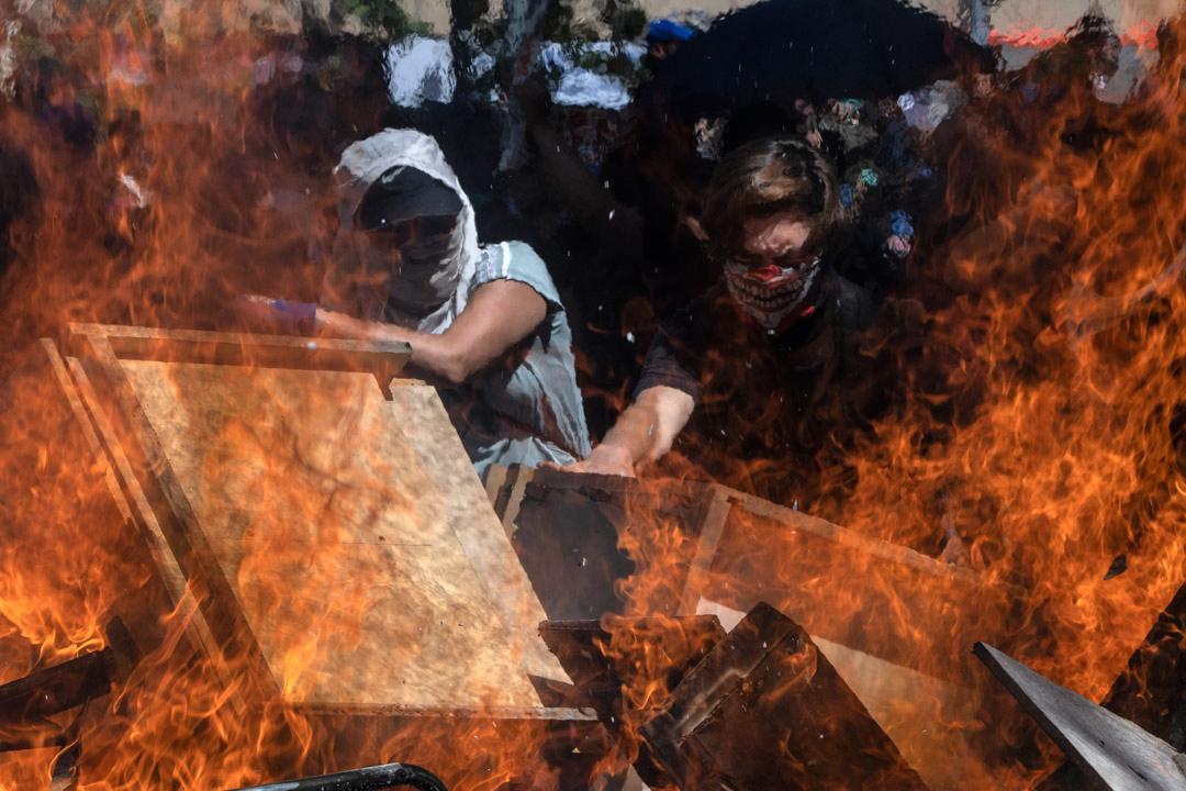 2019年10月22日,智利示威者焚燒雜物作路障。
