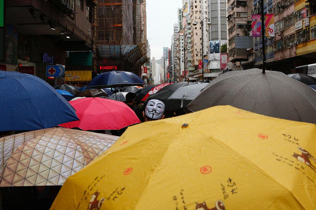 10月6日,下午三點左右,九龍區,示威者遊行抗議政府以緊急法訂立反蒙面法。