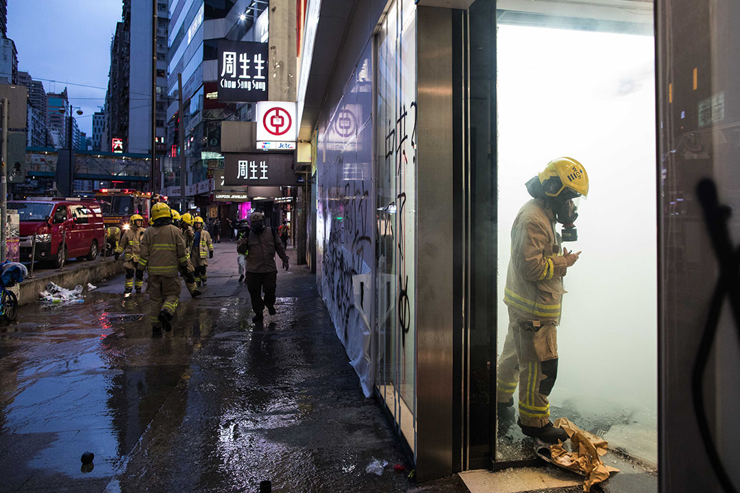 10月6日,傍晚6點左右,港島,消防員到場滅火。