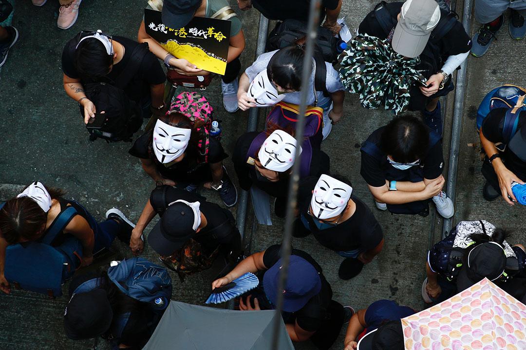 港島遊行現場,有示威者戴著「V煞」面具。