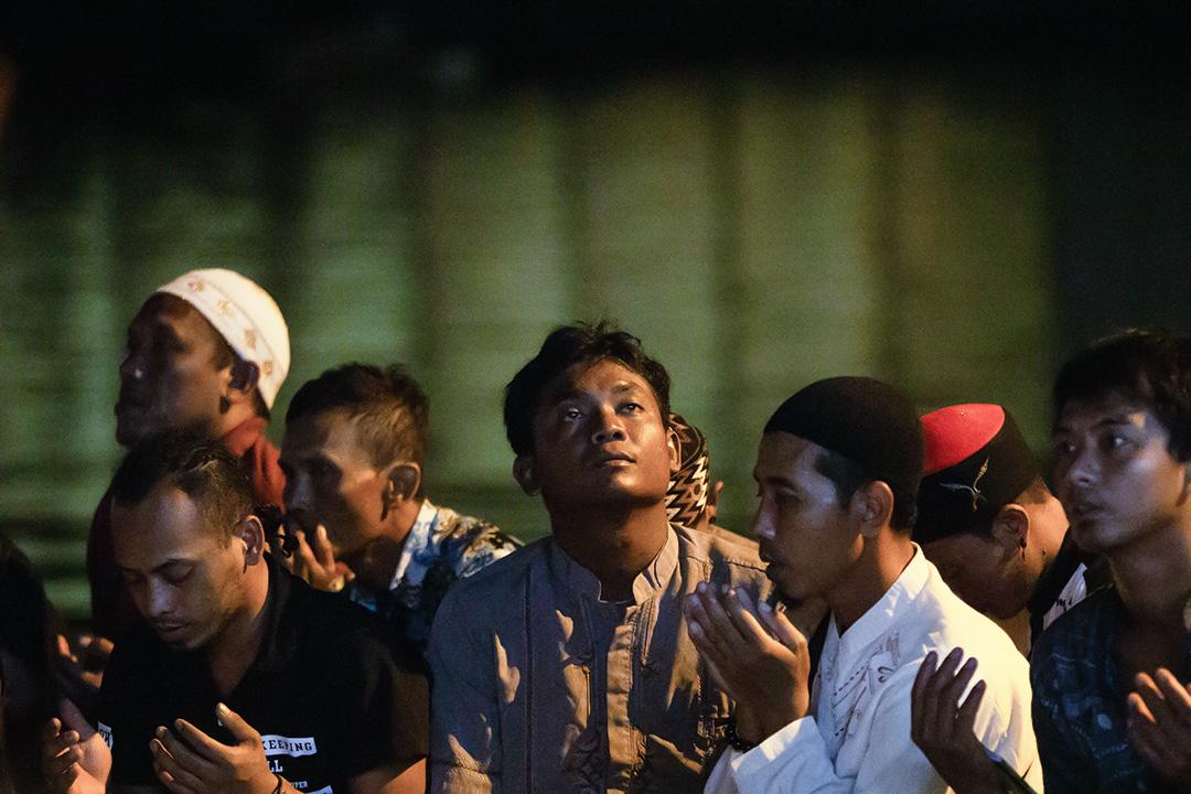 南方澳漁工在晚上的祈禱會。