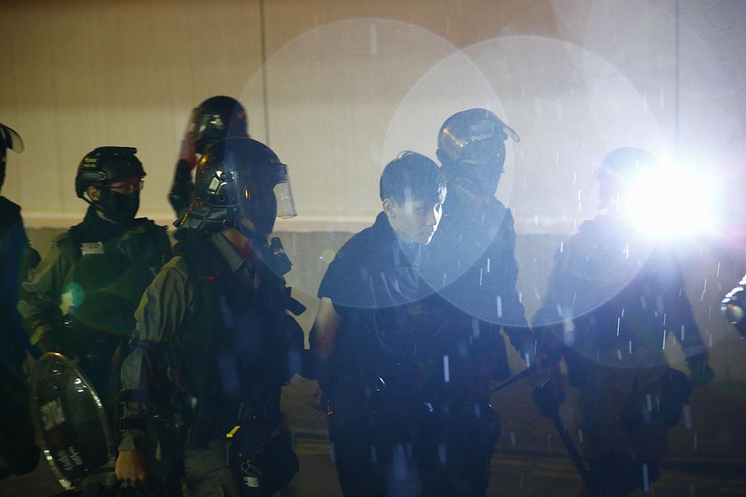 10月6日,晚上8點左右,九龍塘站外警察拘捕示威者。
