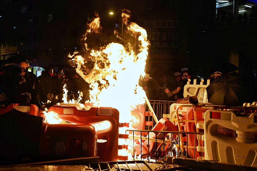 六點半左右,鑽石山,示威者放火燃燒。