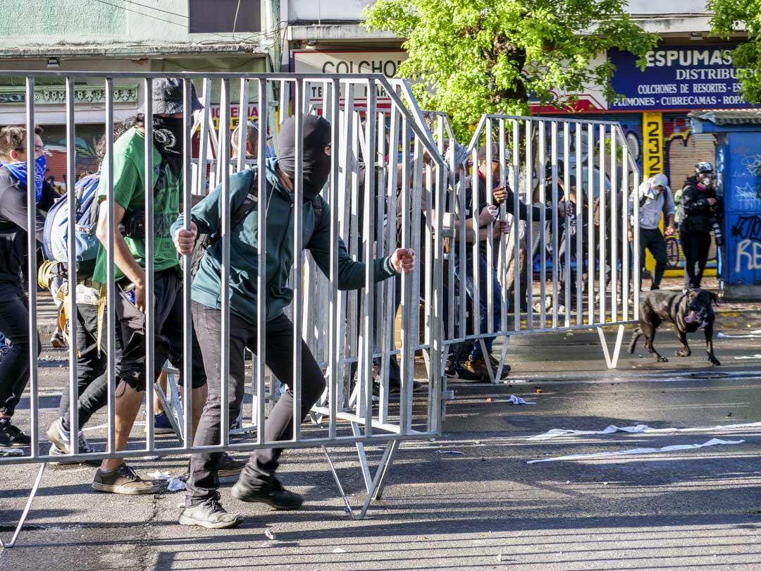 2019年10月26日,智利城市瓦爾帕萊索(Valparaiso)街頭的示威者用鐵馬衝擊軍警。