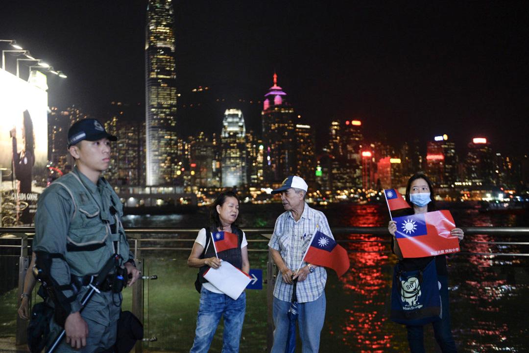2019年10月10日,香港民眾舉起中華民國國旗慶祝雙十節。 攝: Vernon Yuen/Getty Images