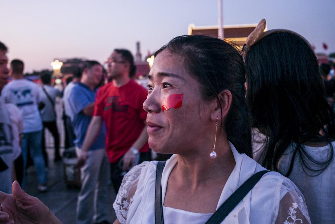 國慶前的天安門廣場上,市民臉上貼上了國旗貼紙。