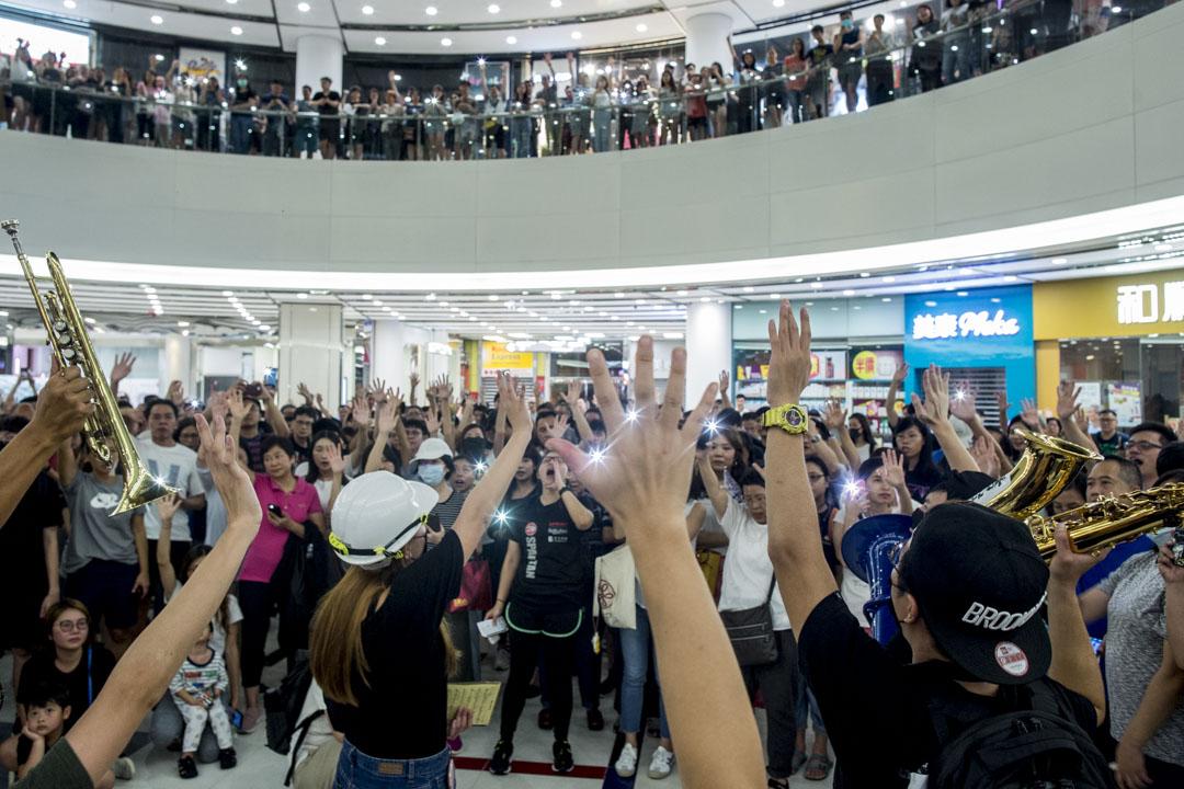 2019年9月12日,藍田麗港城商場,數百市民高唱《願榮光歸香港》。 攝:林振東/端傳媒