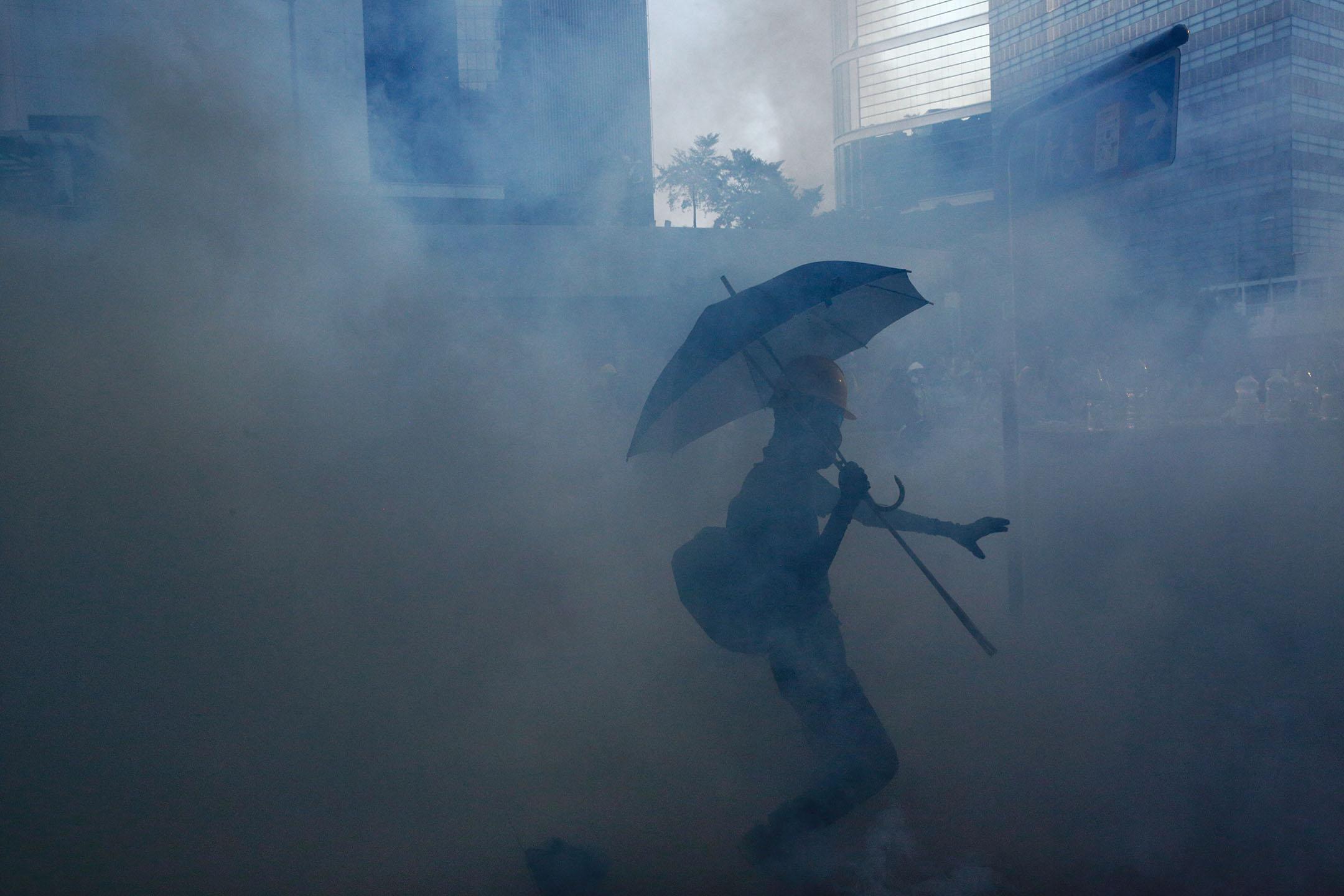 下午四點半左右,金鐘夏愨道,示威者在催淚彈中。