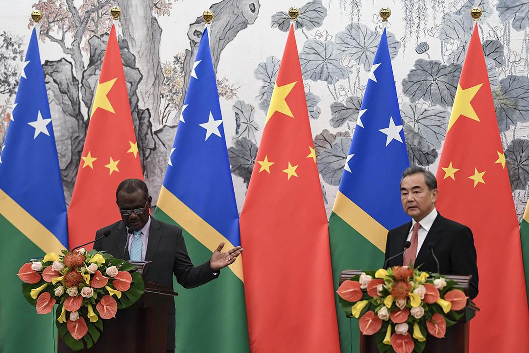2019年9月21日,所羅門群島外交大使Jeremiah Manele(左)以及中國國務委員兼外交部部長毅發表聯合講話。