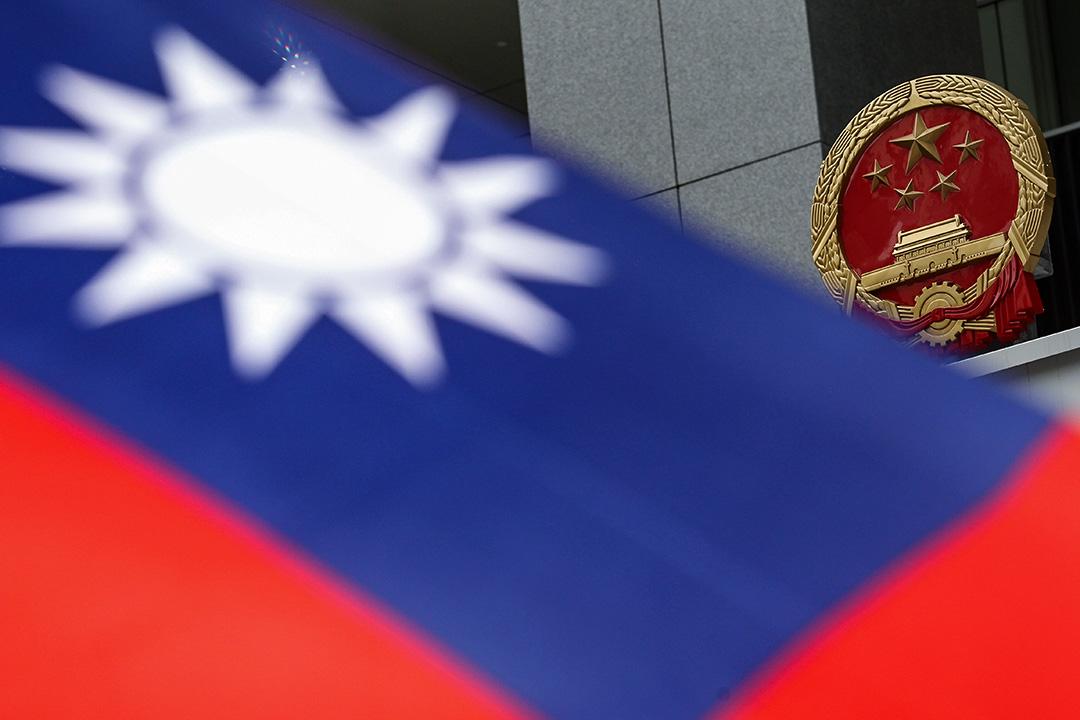 一面台灣國旗在香港中聯辦外。