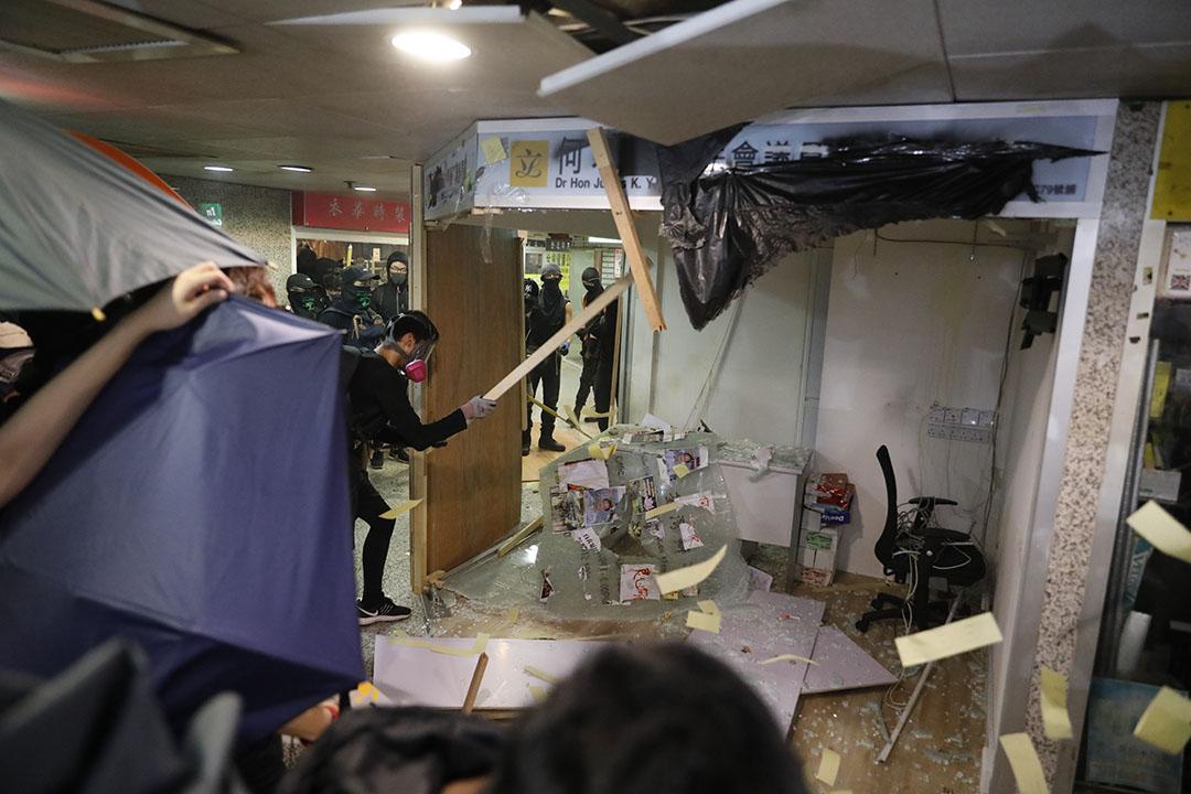 10月1日,示威者在何君堯荃豐中心office。