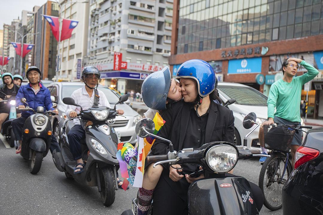 2019年10月26日,台灣舉辦第十七屆同志大遊行,主題為「同志好厝邊」(台語鄰居之意),宣示「同志即在我們生活中、是社會一份子」的理念。 攝:陳焯煇/端傳媒