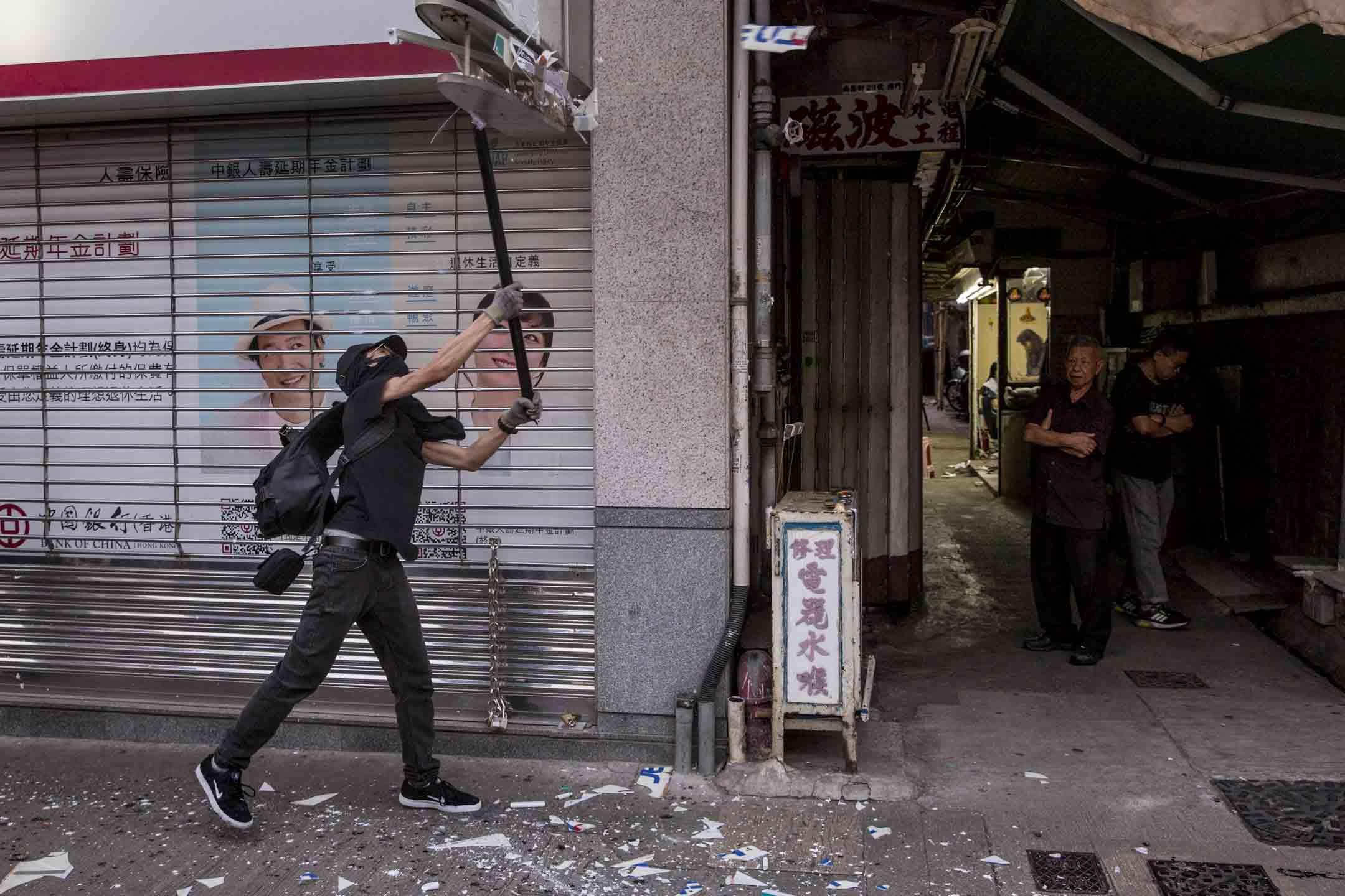 2019年10月20日,示威者破壞中國銀行門市。