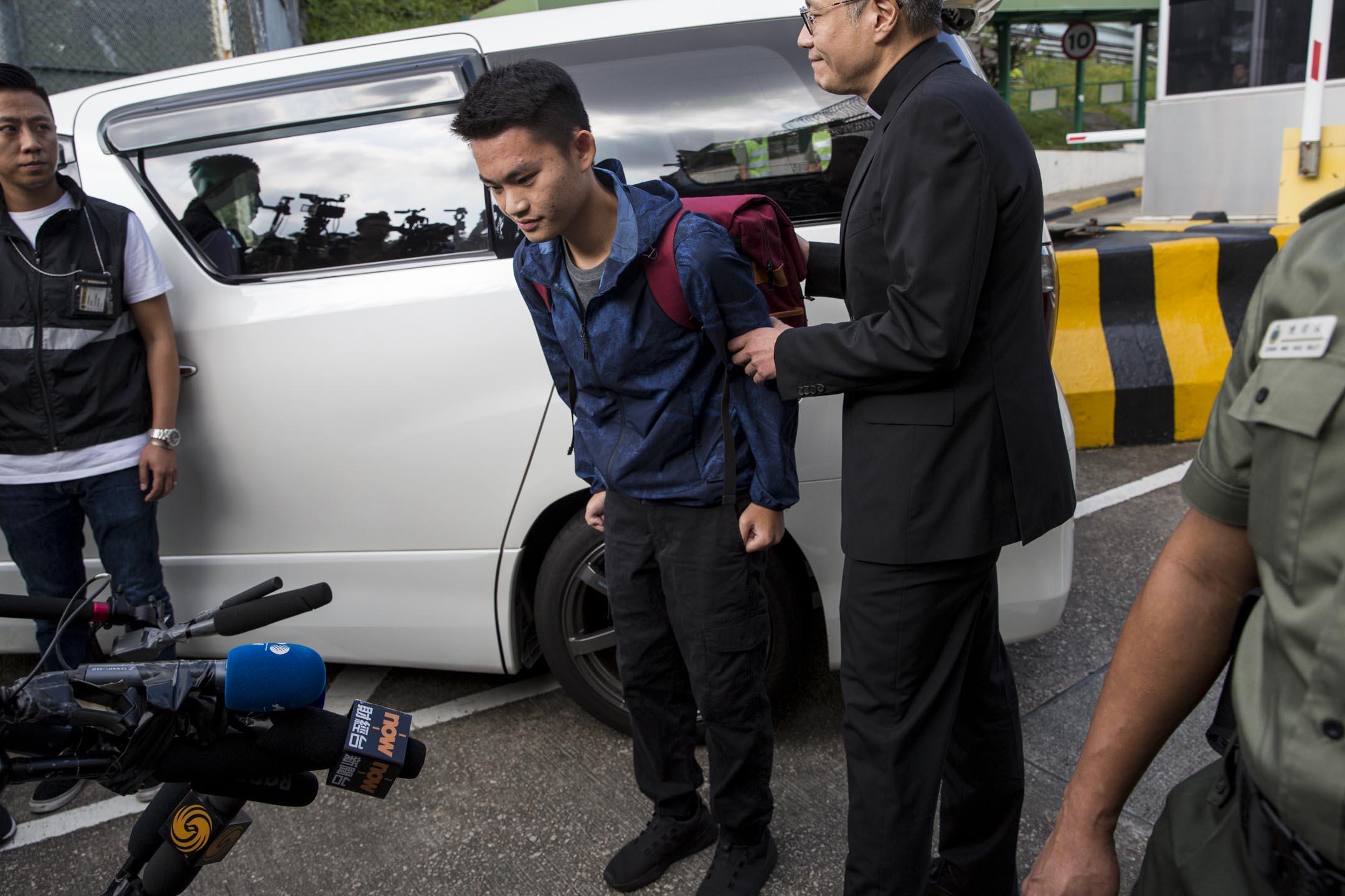2019年10月23日早上,香港的壁屋監獄外,陳同佳出獄並面對傳媒。 攝:林振東/端傳媒