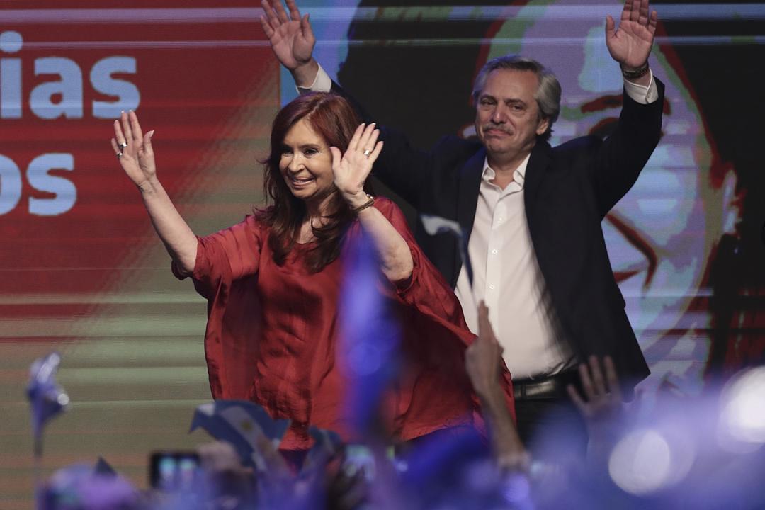 2019年10月27日,當選阿根廷總統及副總統的費南迪斯(Alberto Fernández)和克里斯蒂娜(Cristina Fernández de Kirchner)在競選總部與支持者一同慶祝。 攝:Alejandro Pagni / AFP via Getty Images