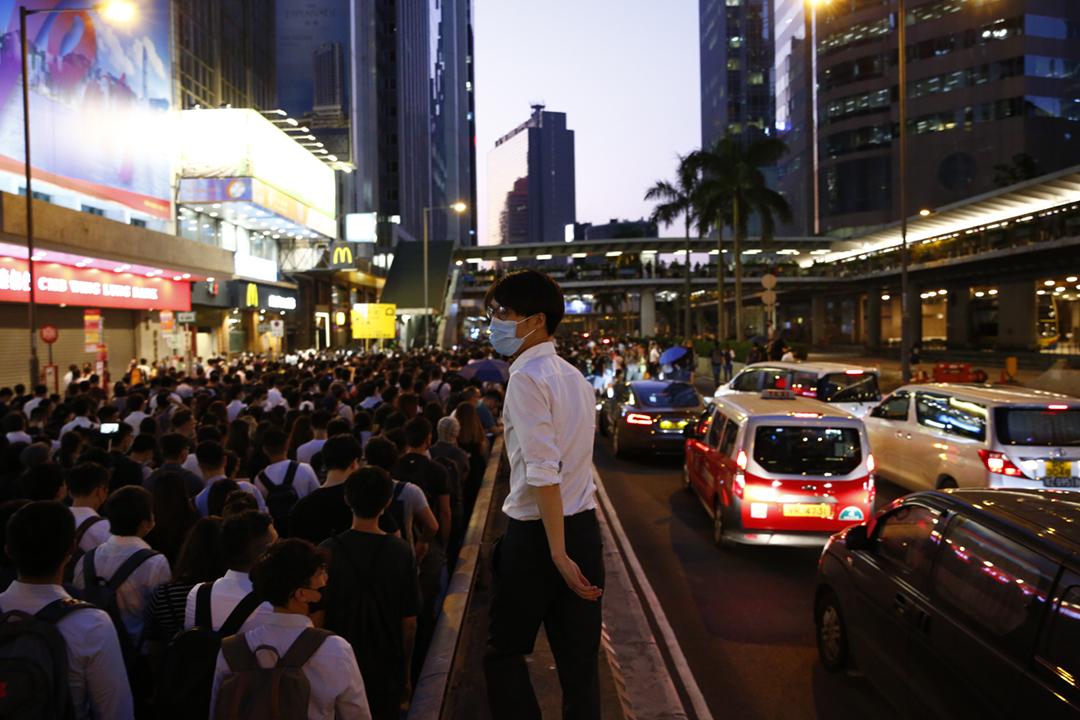 2019年10月4日,港府宣布引用《緊急法》訂立《禁蒙面法》,旋即觸發民間強烈抗議,各區有市民集會、高叫「香港人,反抗」等口號。 攝:林振東 / 端傳媒