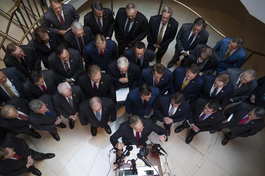 2019年10月23日,美國共和黨逾20名眾議員在國會聽證會會議室外召開記者會,隨後強闖高度保密的會議室,迫使聽證會中斷約五個小時。 攝:Tom Williams / CQ-Roll Call, Inc via Getty Images