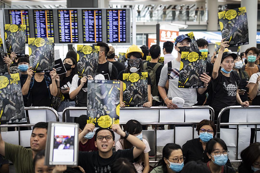 2019年8月12日,示威者在香港國際機場內示威,向旅客派發傳單及呼叫口號。