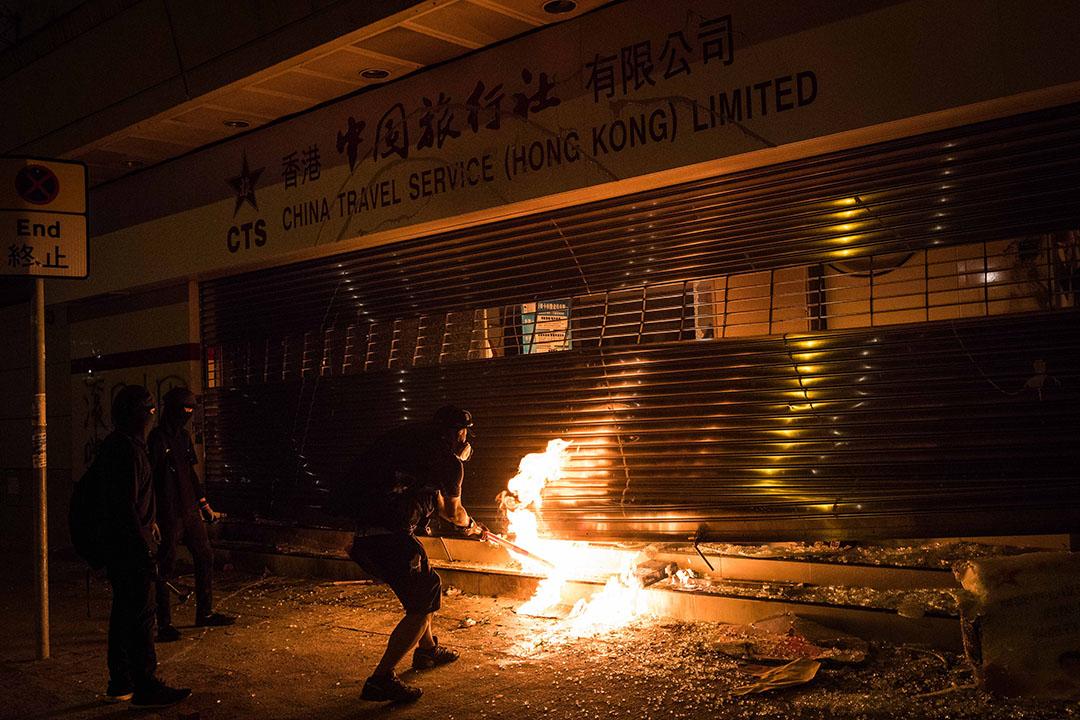 10月4日,晚上11點左右,沙田,示威者在中國旅行社門口焚燒。