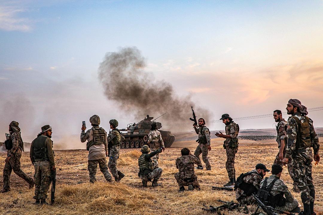2019年10月14日,土耳其士兵和土耳其支持的敘利亞戰士聚集在靠近土耳其邊境的敘利亞城市Manbij。 攝:Zein Al Rifai/AFP via Getty Images